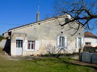 Ancienne maison en pierre avec grange dans un joli hameau proche d'Aubeterre.