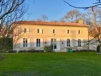Une maison de hameau pleine de charme, comportant deux grandes pièces de vie, 5 chambres, un garage et deux dépendances, à quelques minutes des premiers commerces