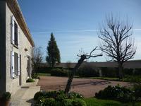 Magnifique grange parfaitement rénovée, avec jardin, piscine, pool-house  et garages,  située au calme proche de Saint Séverin, avec toutes ses commodités.
