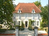 Beau manoir situé dans un village avec le potentiel de réaliser un B&B, piscine, 45mn d'Angouleme et  de Bordeaux.