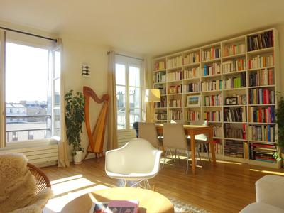 Paris 75018/17 Completely redone by an interior designer in 2014, double exposure (S-SE/W) for this amazing top floor 3beds family apartment of 107 sq m of bright & atypical living space with unobstructed views of Paris roofs & La Défense , in a sought-after and up-and-coming neighborhood. For light lovers