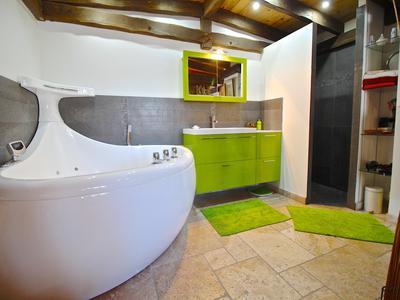 Luxury duplex 4 bedroom ski chalet.  Unique open plan design with modern sleek lines.  Excellent location close to the slopes and main ski-lift. Les Deux Alpes.