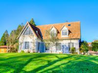 Superbe maison de caractère, 5 chambres, 250m² habitable, située sur un terrain arboré de 7400m² exposé Sud, avec un plan d'eau et un petit ruisseau. La propriété est située en ville, au calme, sans vis-à-vis et proche de toutes commodités. Le Puy du Fou est à seulement 10min.