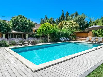 Carpentras. Great business potential from this beautiful provencal mas with large gardens, separate gîte and swimming pool.