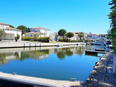 Stunning 4-Bedroom Marina with private mooring and pool close to Montpellier and the Mediterranean coast