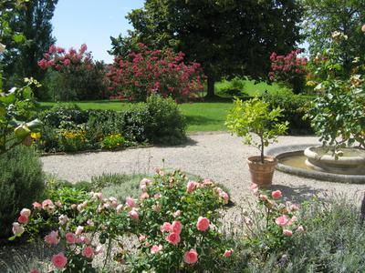 ENDROIT PRIVILEGIE. Un domaine important du 18ème siècle, entouré de 14 hectares de parc et terrain avec une vue sublime.