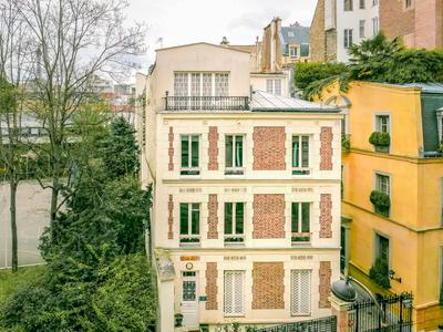 "Superb 4 bedrooms family apartment of 161 sqm, very bright and quiet, at rhe 3rd floor with lift, in the famous ""Rue de la Pompe"" area"