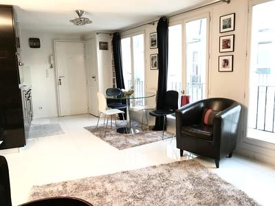 Superb penthouse studio of 32 sqm ath the 5th floor without lift, quiet and bright, in the heart of the historic district of Saint Germain des Prés