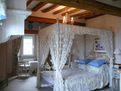 Belle demeure, château normand du 15ème. Chambres d'hôte, 9 chambres, douves, 11 Ha, dépendances en pierre