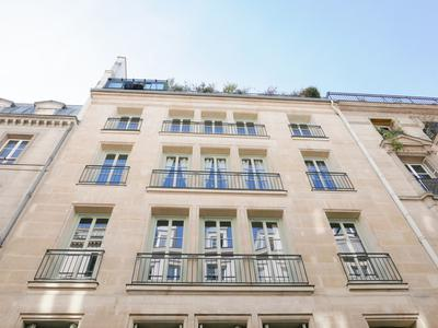 Former office space of 147 sqm convertible into either a 4 bedroom apartment or offices, at the 1st floor with elevator, Quiet and bright, near the famous Montorgueil district