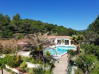 Près de Saint Chinian, Exeptionnelle villa de 4 chambres avec piscine et vue remarquable au dessus des vignobles.