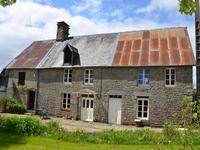 Belle maison rurale avec des bâtiments adjacents et presque 5000 m² dans un endroit paisible avec de belles vues, à proximité de Tinchebray.