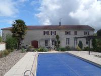 Maison charentaise rénovée avec 4 chambres donc  une au RDC, piscine, grange et jardin. Située au calme entre Pons, Archiac et Jonzac