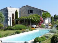 Charmante maison traditionnelle rénovée de 200 m² habitable, avec 3 chambres et piscine, dans un beau hameau accueillant, vues sur les vallons et les vignobles en bordure de l'estuaire girondin.  Sur un beau terrain clos d'environ 1150 m², entouré des vignes sur trois côtés.