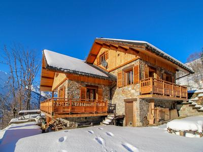 Charming 4 bedroom ski chalet for sale, sitting at the top of St Martin de Belleville, a short stroll from the village centre & ski lift
