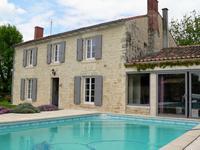 Belle maison en pierre avec un gîte