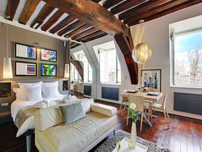 Paris 75004 – Prestigious address, Ile St Louis, a few blocks away from Notre Dame Cathedral, nice studio apartment offering great potential 37 sqm  (36,43sqm lois carrez). 3rd French floor of a 17th century building, in the heart of the most exquisite district of Ile Saint Louis/Notre Dame.