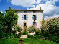 Propriété rénovée avec 4 chambres, 3 salles de bain et une dépendance utilisé comme studio de yoga. Un jardin, un potager et des dépendances, situé dans un petit hameau sur la frontière Deux-Sèvres/Vendée.