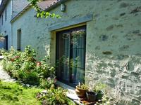Charmante maison de 150 m2 et 6 pièces, murs avec enduit à pierres vues, au calme dans un village des  bords de Loire.Un excellente opportunité pour la qualité de vie et la proximité de Nantes, de l'aéroport et du bord de mer.A découvrir : une pièce de 35m2 entièrement conçue dans un esprit de bien-être (parquet circulaire en bois polarisé).Une terrasse sur jardinet et un terrain potager agrément la maison.