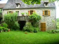 Grande ferme en pierre datant de 1918, située dans un petit hameau près de Brandonnet dans l'Aveyron (12350).