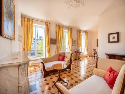 Paris 75004 - Ile Saint Louis - luxurious 1 bedroom 86 sqm. Prestigious address, luminous, calm and south oriented.  4th French floor with gardien and elevator of an haussmannian well maintained building, in the heart of the most exquisite district of Ile Saint Louis/Notre Dame.