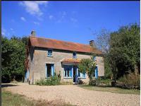 Esprit écologique pour cette maison de campagne.  Avec une deuxième maison indépendante 5 chambres, étang et terrain de 1,4 hectares.  Au calme absolu à 30 km de Poitiers.