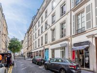 PARIS 75003 secteur Temple/République, espace commercial à rénover de 259m2 (+225m2 de caves rénovées) vendu libre de toute occupation avec 16m linéaires de vitrines sur rue coté sud, au RDC d'un immeuble de 1880 superbement entretenu et idéalement situé dans le quartier convoité des Arts et Métiers