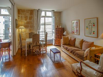 Paris 75006 - Pont Neuf - 2/3P | 65M2 - Charming apartment situated on the 3rd floor, serviced by a lift, in the 6th Arrodissement. Featuring 2/3 rooms consisting of a salon, bedroom and further area that could be used as office space or second bedroom area, bathroom and kitchen.
