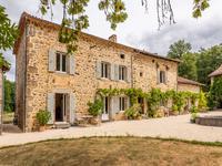 Belle maison du 17ème siècle bénéficiant d'un environnement naturel exceptionnel près de Bussière-Badil. Quatorze hecatres du terrain, piscine et lac.