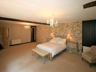 Château 15ème siècle de cinq chambres rénové avec gîte de trois chambres, piscine et dépendances sur 2 hectares.