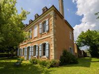 PERIGORD NOIR - Propriété de caractère située sur les hauteurs, composée d'une maison de maître, une maison d'amis et des dépendances,  entourée d'environ 7000 m² de terrain avec un beau point de vue.