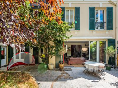 "Levallois / Neuilly sur Seine - 92000 - Just few minutes' walk from the Seine, 6-bedroom House/ Mansion, with 300sqm living space and a garden + terrace of 120 sqm, very bright and quiet, on three levels with a private elevator suitable for people with reduced mobility, in the heart of a ""Hipe"" district and close to the American hospital, the Seine and the Ile de la Jatte"