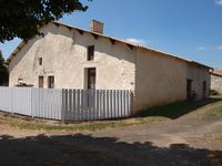 Maison à rénover offrant deux pièces, salle d'eau, garage, cour et jardin. Fosse aux normes!