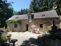 Une maison de caractère en pierre dans un hameau avec cuisine équipée, salon, 2 chambres, 2 salles de bains et un jardin de 1725m2