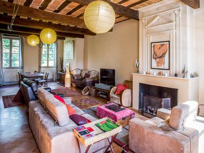 Exceptional! Ideally situated at the countryside and yet inbetween both cities Toulouse and Montauban at the edge of a small village. Charming 19th century property with a beautiful lush garden  of 1800m2. Total privacy. Ideal for a family home or for a B&B. Only 29 km from Toulouse Blagnac.