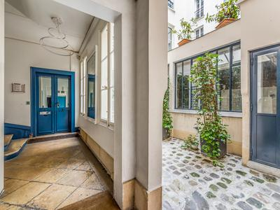 PARIS 75003, Arts & Metiers fashion district, freehold commercial units free of tenant, offering 175m2 with 12m of windows on South facing street side, at the heart of a well looked after 1880 building, ideal location in coveted area of Temple-Republique