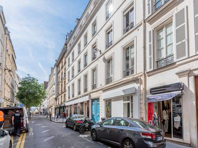 Paris 7503, at the heart of the fashion district, 97m2 of open space Loft style with undeniable potential for residential (no short term rental) or commercial use on the courtyard side of a well looked after 1880 building, ideal location in coveted area of Temple-Republique