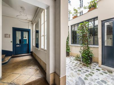 Paris 7503, at the heart of the fashion district, 32m2 old caretaker flat +225m2 converted cellar with undeniable potential for residential (no short term rental) or commercial use on the courtyard side of a well looked after 1880 building, ideal location in coveted area of Temple-Republique