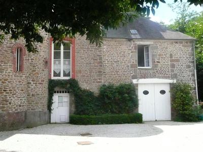 Stylish 5-bedroom manor house set in wooded gardens situated at the gateway to Avranches and the coast in the Bay of the Mont Saint Michel