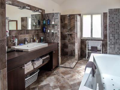 Impressionnant villa moderne en vente à Savines le Lac. Maison familiale/résidence secondaire ou gîte avec un bon rendement locatif.