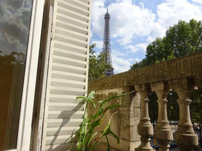 Paris 75016, CHAILLOT, a noble apartment Haussmannian of 106m2 (T3/2 Bedrooms), with the charm of the old, 4 French windows facing South West, on a long balcony overlooking Avenue de Mun and the Trocadero garden, with phenomenal view of the Eiffel Tower and the Seine, on the 2nd floor with lift, guard and cellar, surrounded by museums and palaces.