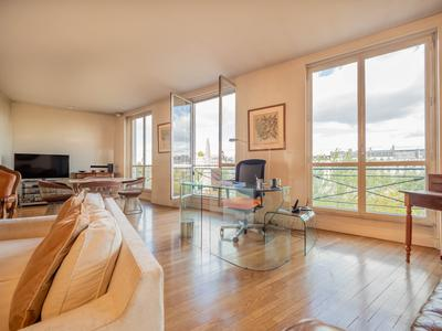 Paris 75005 – Left Bank, Quai de la Tournelle. 101sqm (Loi Carrez), Prestigious address with view on Notre Dame Cathedral and the River Seine for this 2 bedrooms apartment, double exposure, luminous, 4th  floor of a freestone modern building.One apartment per level with direct lift access.