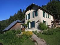 Une belle maison traditionnelle de sept pièces, construite en pierre, entièrement rénovée avec une grange située au cœur du Parc Naturel Régional de Chartreuse, au bord du domaine skiable familiale de St. Pierre de Chartreuse.
