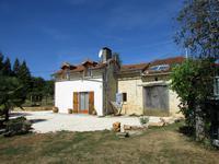 Maison dans un petit hameau avec belle vues.Grand terrain avec un piscine.10 minutes a la boulangerie.20 minutes a Nontron.