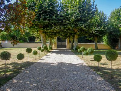 EXCLUSIVE! Exceptional & beautifully renovated maison de maitre within easy reach of Bordeaux. Close to centre of pretty village with many amenities. Around 6km from Blaye, 9km from Bourg, 40 minutes north of Bordeaux