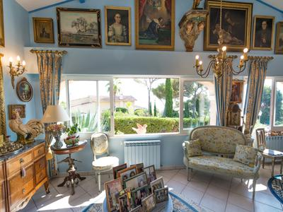 Les Issambres-Stunning 180 degree sea views from this 5 bed villa only 2 mins from the beach.