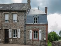 Maison en pierre avec deux chambres dans un village proche d'une rivière