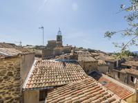 Maison de village, entièrement rénovée sur 3 niveaux avec garage dans le centre du magnifique village de Lauris, 35kms d'Aix en Provence!