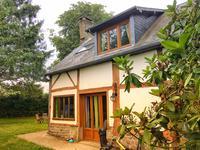Charmante maison normande traditionnelle en colombage avec jardin clos dans un petit hameau.