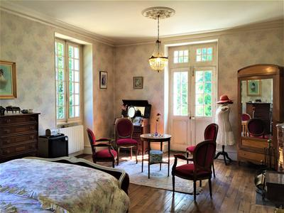 Beautiful Château near Périgueux with easy access to amenities, great opportunity!